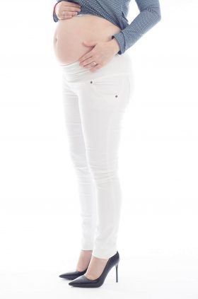 מכנסי הריון גזרת סופר-סקיני בצבע לבן